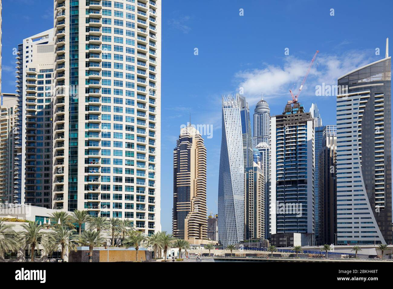 DUBAÏ, EMIRATS ARABES UNIS - 23 NOVEMBRE 2019 : gratte-ciel et palmiers du port de plaisance de Dubaï en une journée ensoleillée, ciel bleu à Dubaï Banque D'Images