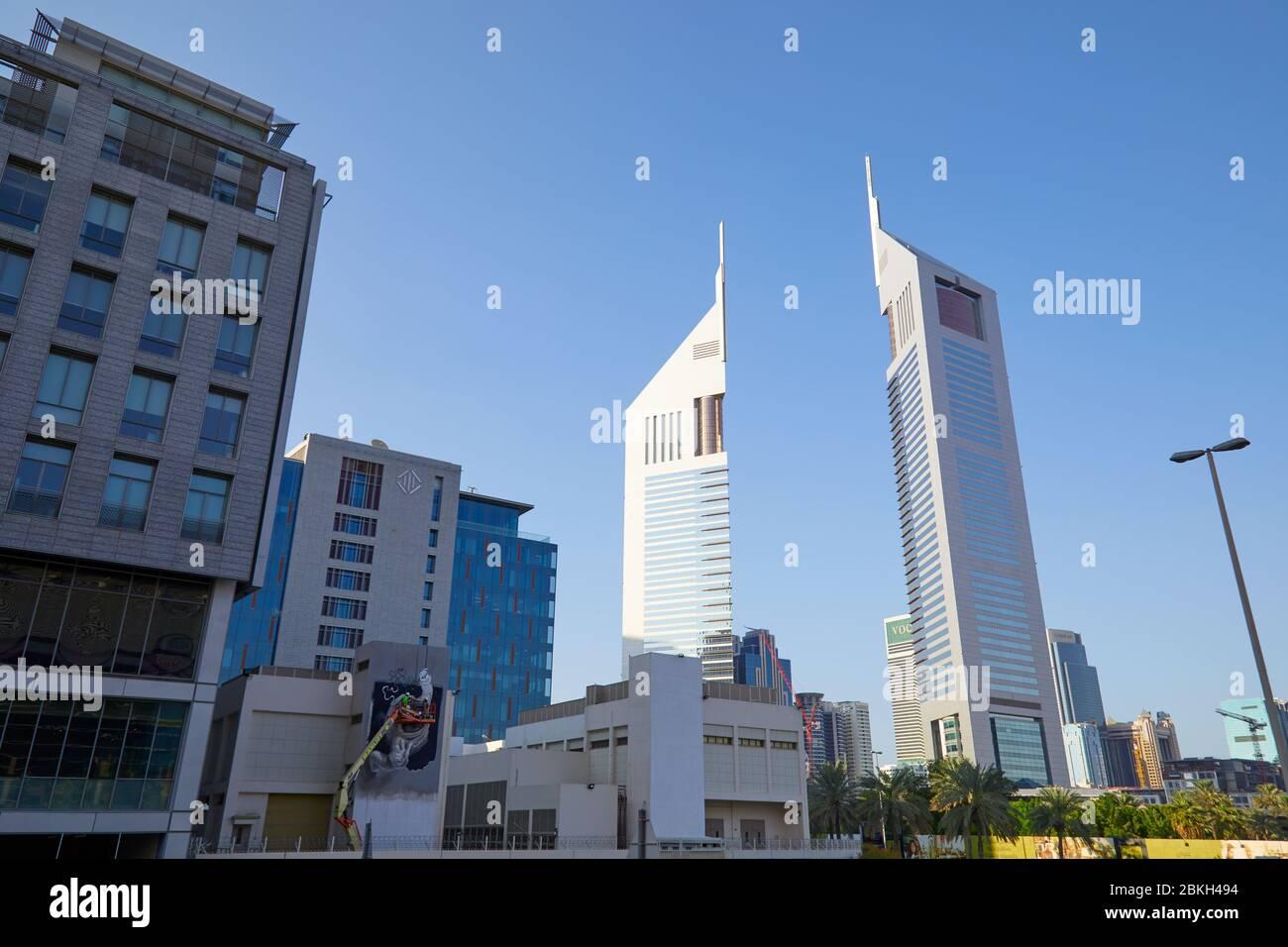 DUBAÏ, EMIRATS ARABES UNIS - 23 NOVEMBRE 2019: Quartier financier de Dubaï, gratte-ciel modernes à angle bas vue dans un jour ensoleillé, ciel bleu Banque D'Images