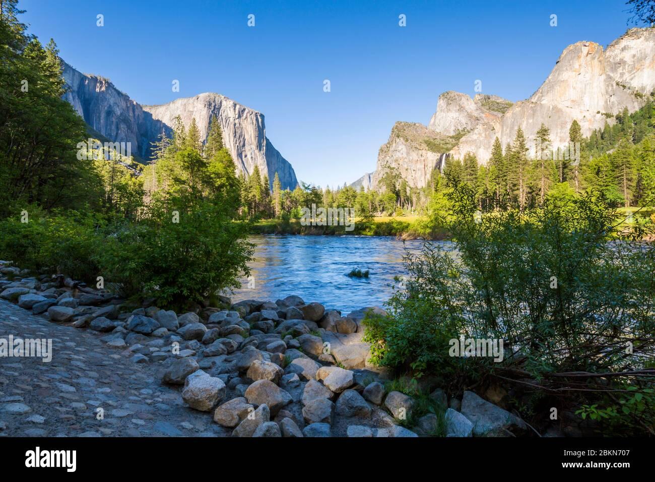 Vue sur El Capitan surplombant la rivière Merced, le parc national de Yosemite, site classé au patrimoine mondial de l'UNESCO, Californie, États-Unis, Amérique du Nord Banque D'Images