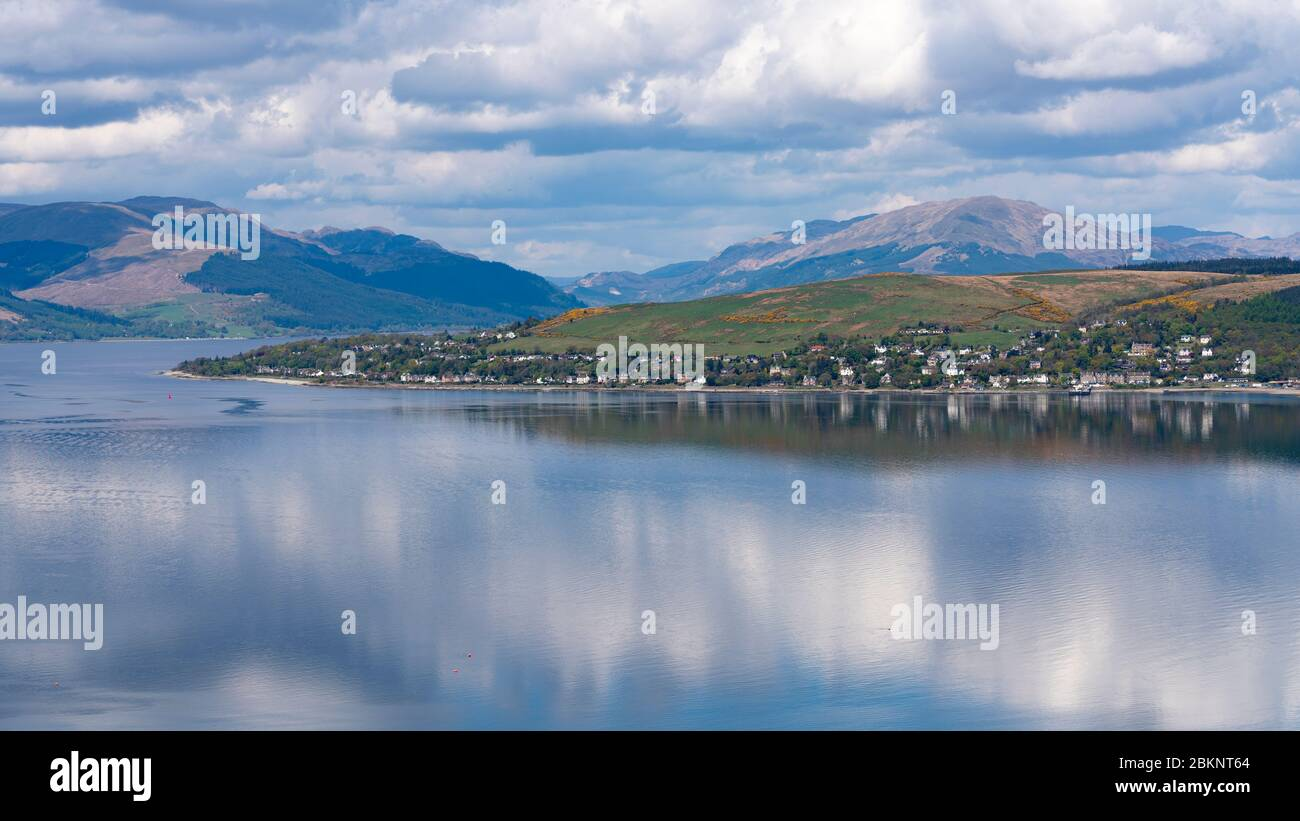 Vue sur la rivière Clyde jusqu'au village de Kilcregga, Argyll et Bute, Écosse, Royaume-Uni Banque D'Images