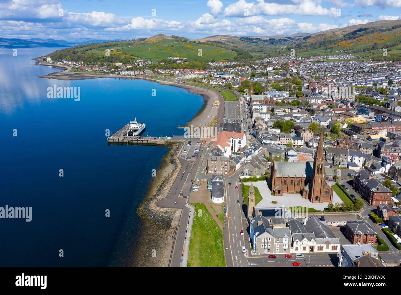 Vue aérienne de la ville côtière de Largs dans le nord de l'Ayrshire, en Écosse, au Royaume-Uni Banque D'Images