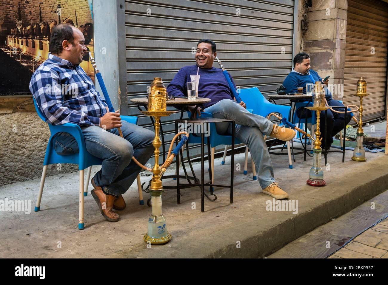 Égypte, haute Égypte, vallée du Nil, Louxor, hommes fument de la chicha ou de la pipe narghile Banque D'Images