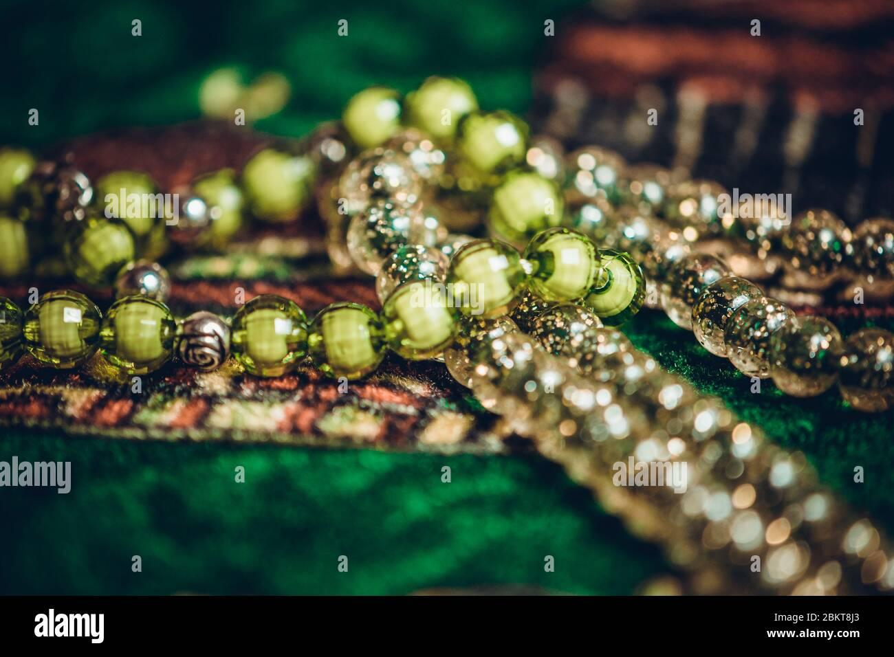 Perles de prière islamiques texture orientale gros plan sur tapis de prière style arabe Banque D'Images