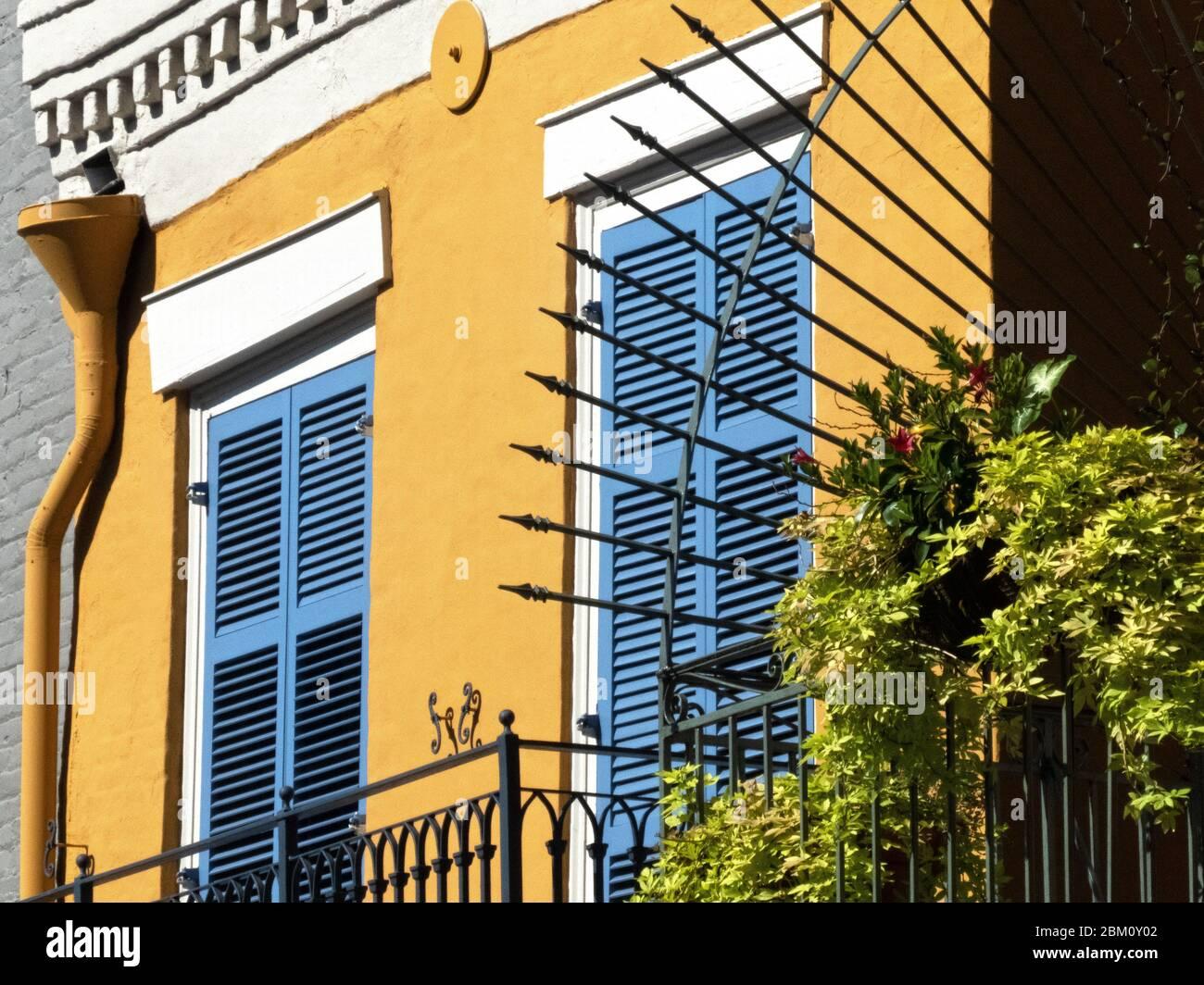 Rue dans le quartier français dans le centre-ville de la Nouvelle-Orléans, Louisiane, États-Unis, avec ses balcons typiques et des rampes en fer, Banque D'Images