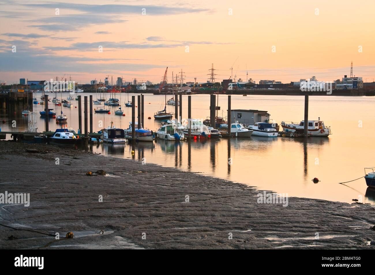 Bateaux sur la Tamise à marée basse. Banque D'Images