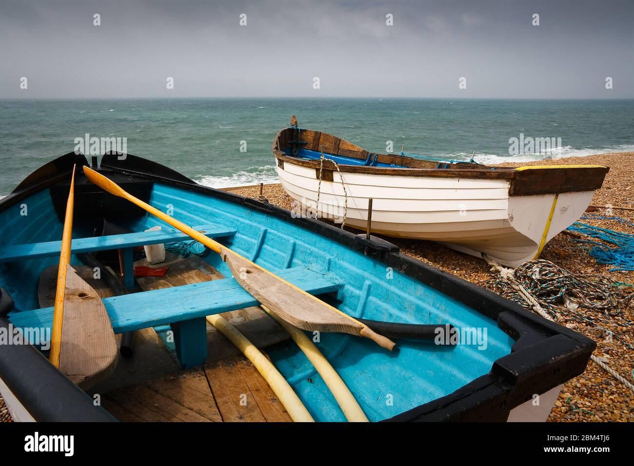 Bateaux de pêche et équipement sur la plage de Chesil à Dorset, Royaume-Uni. Banque D'Images