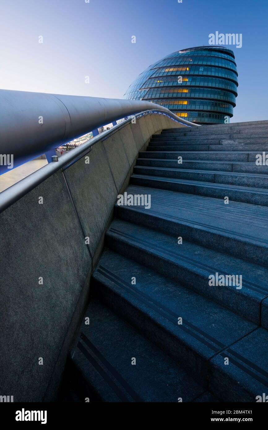 Composition dynamique avec escalier et hôtel de ville. Banque D'Images
