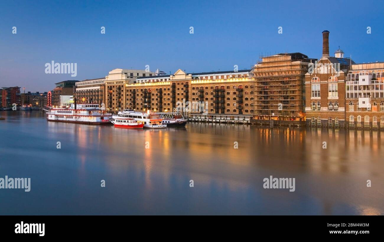 Bâtiments historiques et bateaux le long de la Tamise à Londres. Banque D'Images