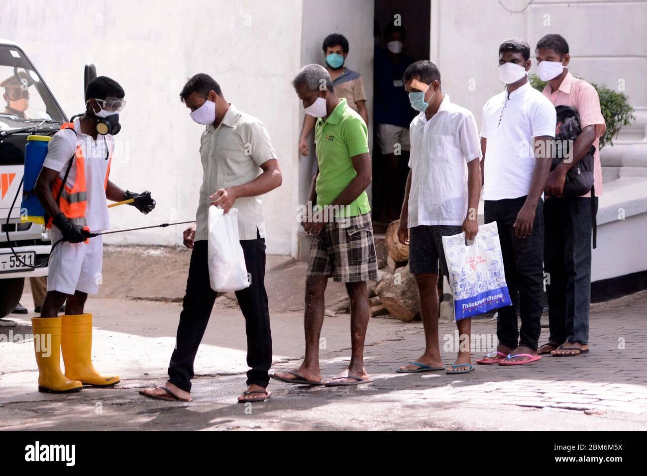 Colombo, Sri Lanka. 7 mai 2020. Les prisonniers quittent la prison de  Welikada à Colombo, Sri Lanka, le 7 mai 2020. Plus de 250 prisonniers ont  été libérés jeudi grâce à une