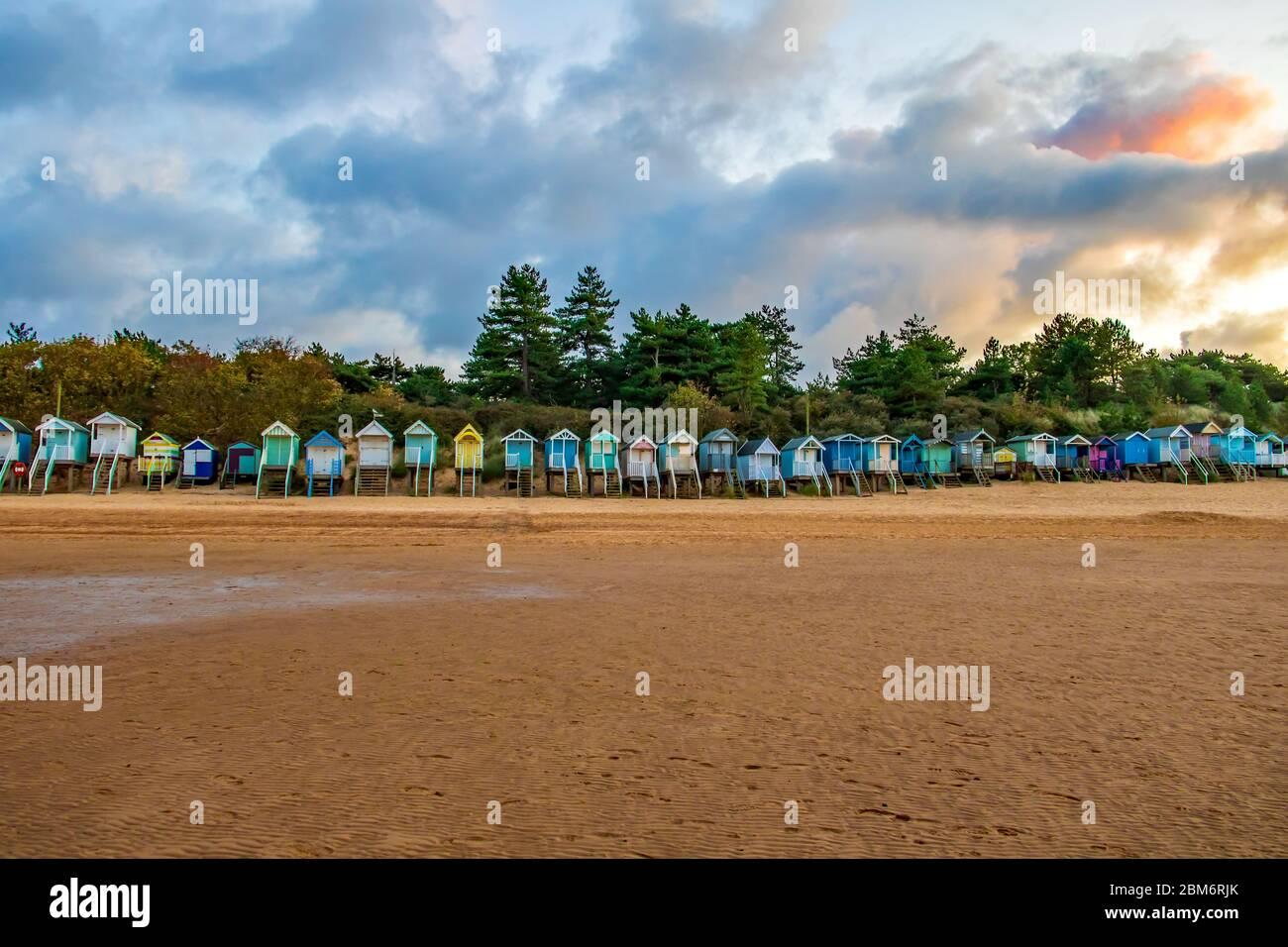 Cabanes de plage à Wells-Next-the-Sea, Norfolk, Royaume-Uni, prises au coucher du soleil Banque D'Images