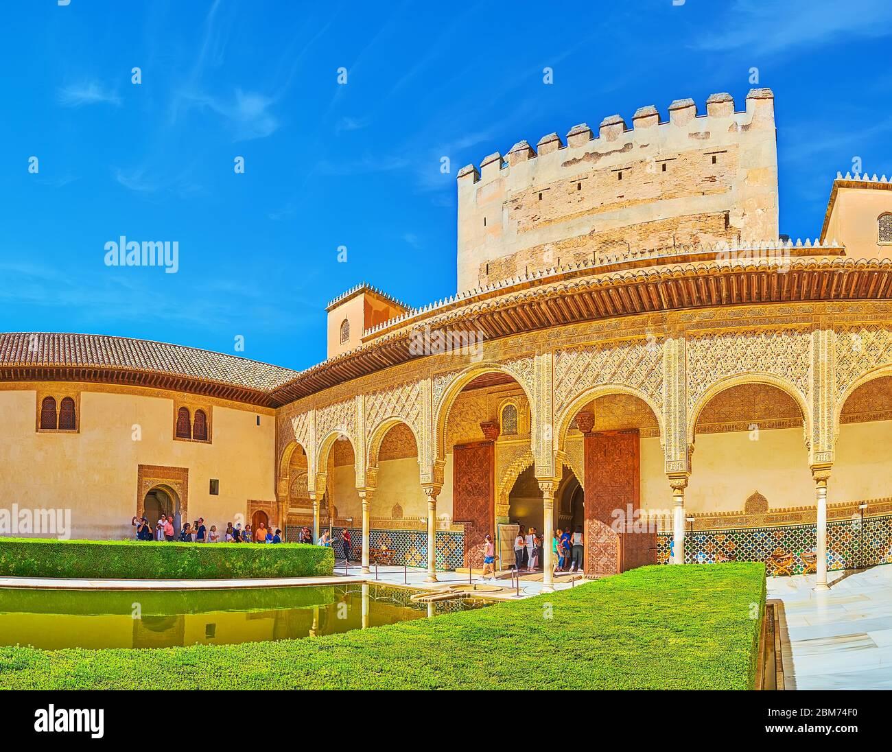 GRENADE, ESPAGNE - 25 SEPTEMBRE 2019 : Cour historique des Myrtles (palais Nasrid, Alhambra) avec buissons de myrtes topiaires, grand étang et arcade de Comares pa Banque D'Images