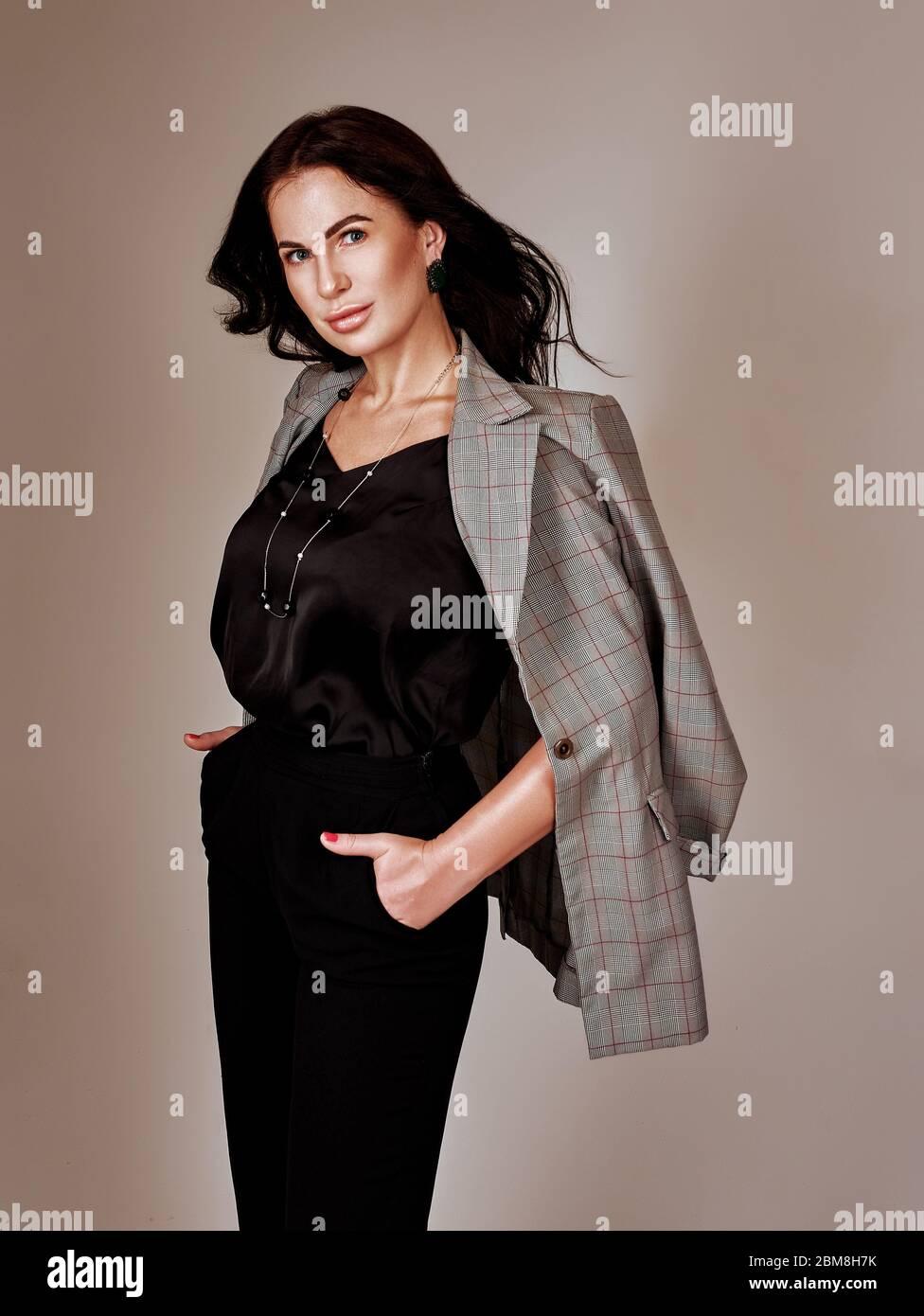 Portrait de la jeune femme d'affaires merveilleuse sur fond gris avec espace de copie. Banque D'Images