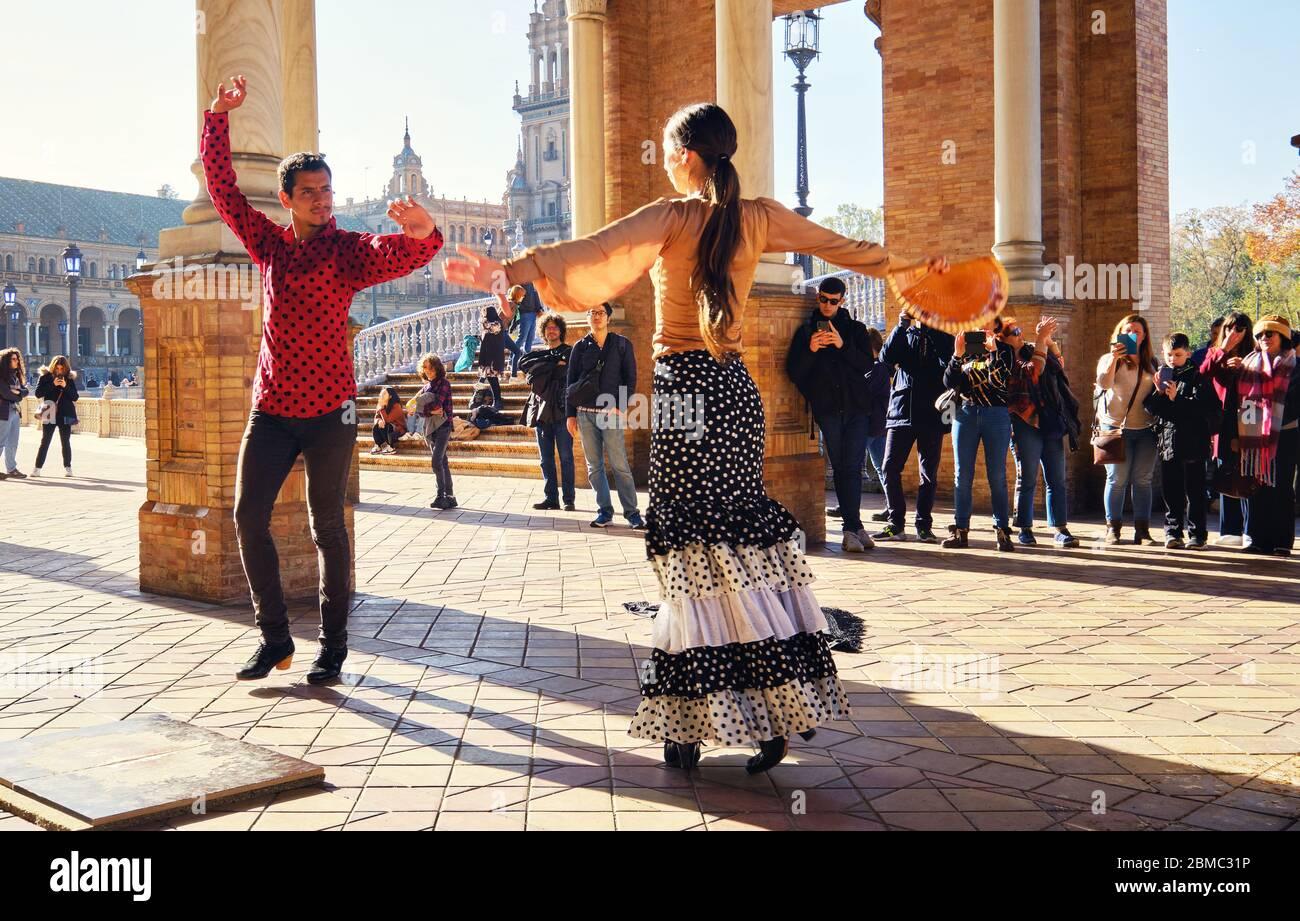 Séville, Espagne: 23 décembre 2019: Les touristes apprécient le spectacle traditionnel de flamenco de rue, spectacle pour les visiteurs à la Plaza de Espana. Attraction et divertissement Banque D'Images