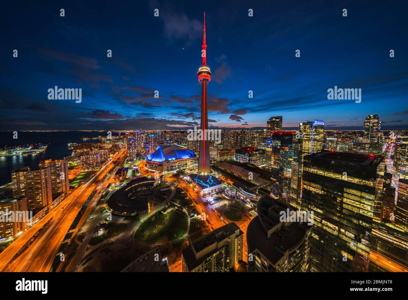 Toronto, Ontario, Canada, vue panoramique sur le paysage urbain de Toronto, y compris le monument architectural Tour CN illuminé la nuit. Banque D'Images