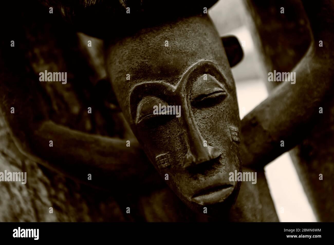 Sculpture africaine traditionnelle en bois, détail gros plan. Objet mystique sombre, typiquement vu en Afrique. Banque D'Images
