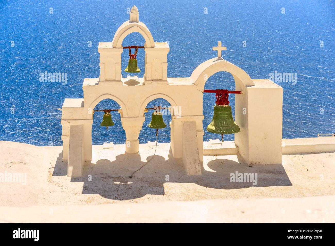 Un clocher typique dans le village d'Oia sur l'île grecque de Santorin Banque D'Images