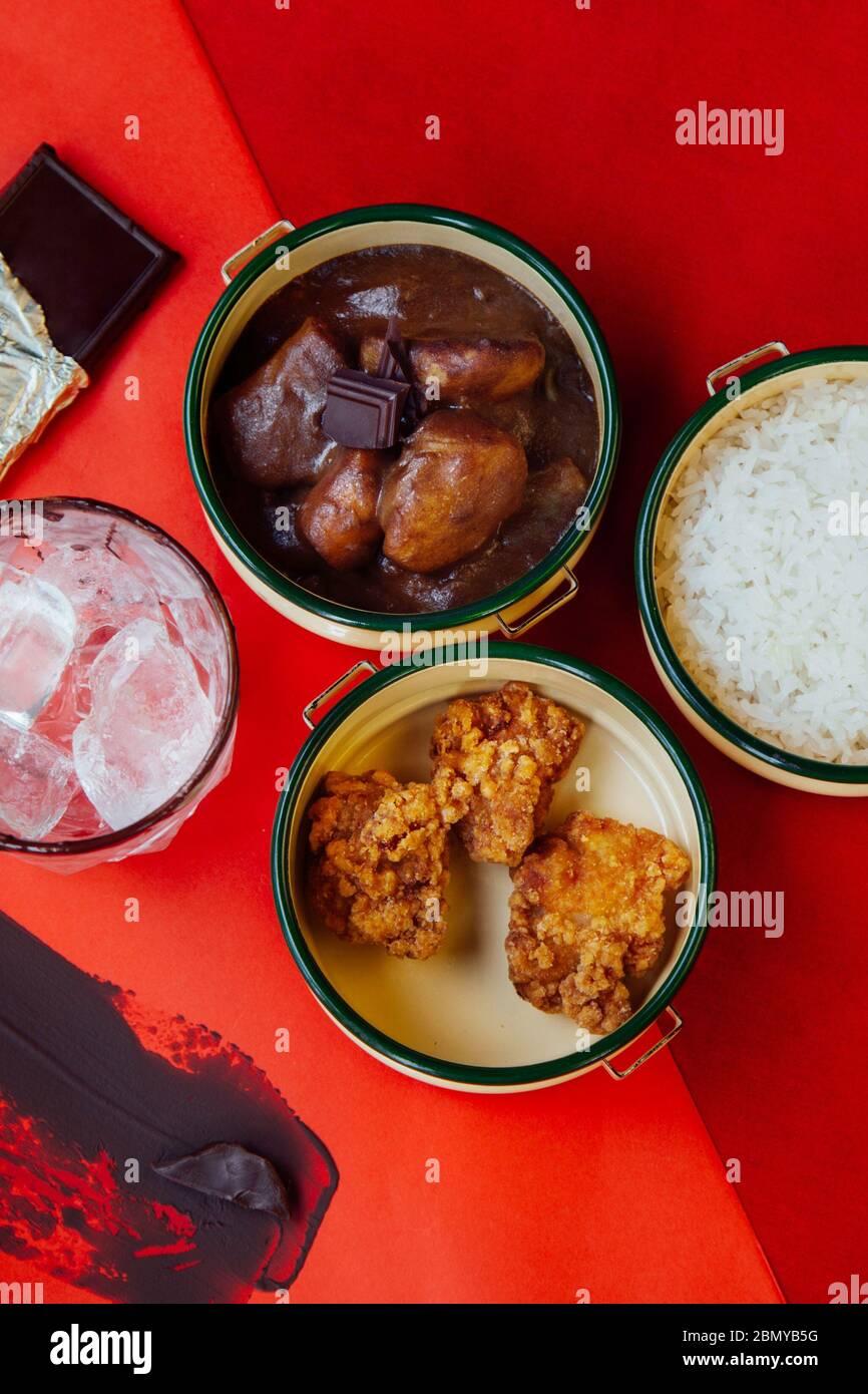 Concept chocolat rouge repas repas de déjeuner vue sur le dessus avec fond rouge Banque D'Images