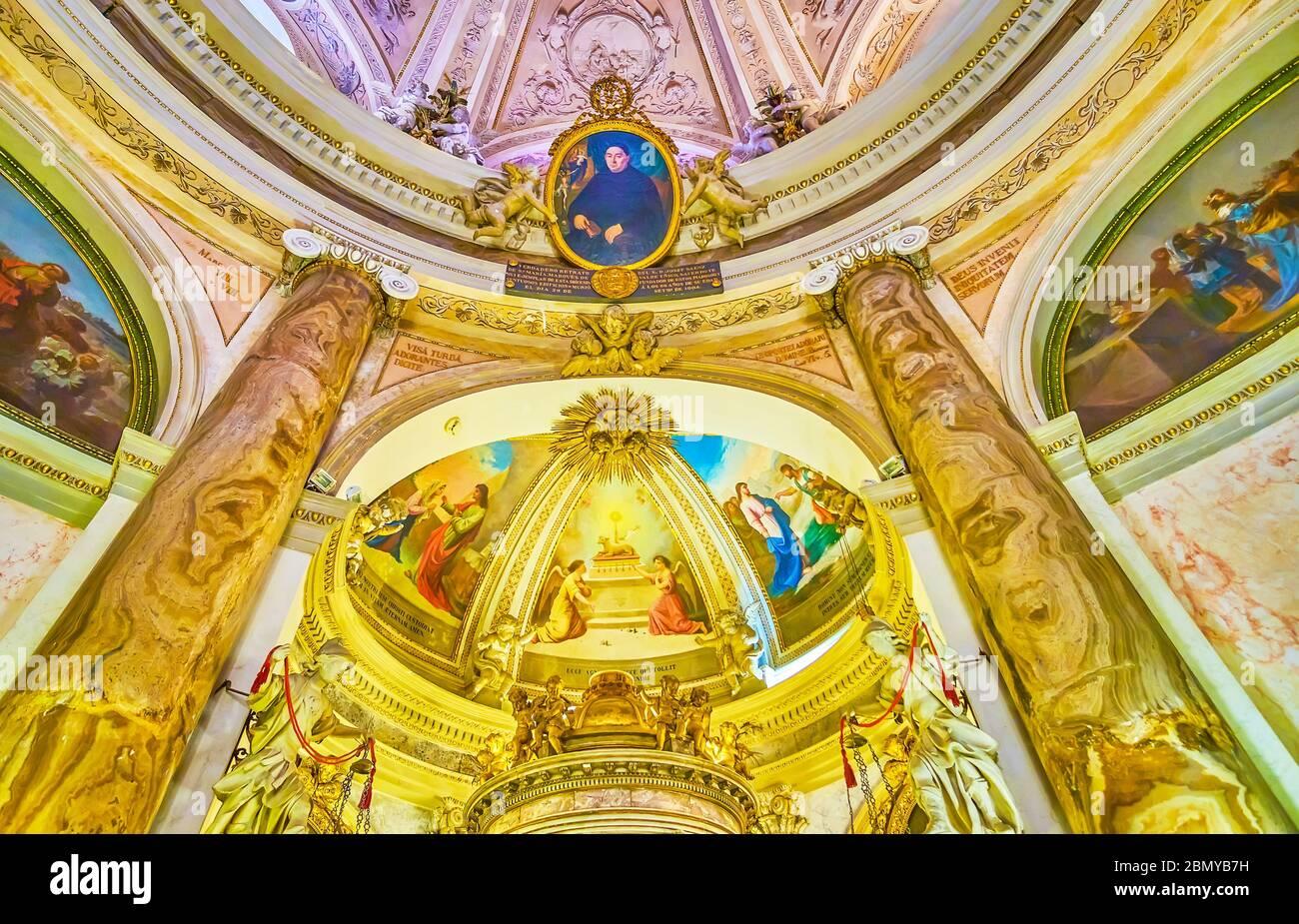 CADIX, ESPAGNE - 24 SEPTEMBRE 2019 : les belles décorations de la Chapelle du Saint Sacrement à Oratorio de la Santa Cueva avec de nombreuses décorations historiques Banque D'Images