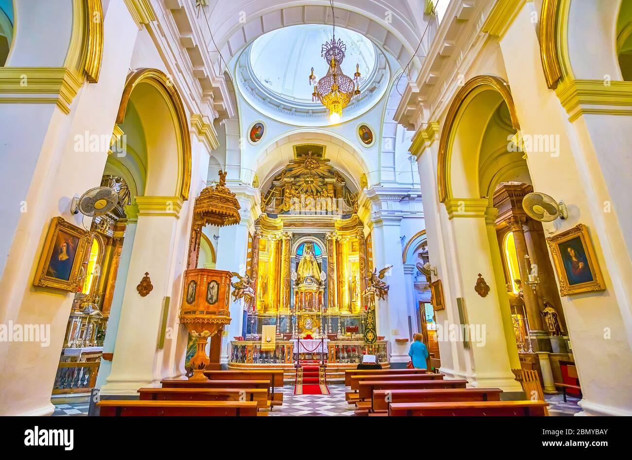 CADIX, ESPAGNE - 24 SEPTEMBRE 2019 : intérieur de la petite église Iglesia del Rosario avec beau autel doré et sculpture de Madonna, sur se Banque D'Images