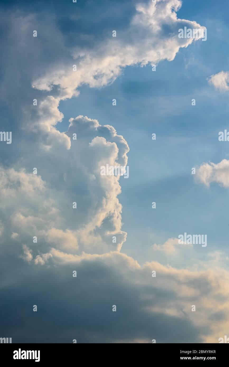 ciel bleu pastel avec coudscape et rayons lumineux, format portrait avec espace de copie sur le côté droit Banque D'Images