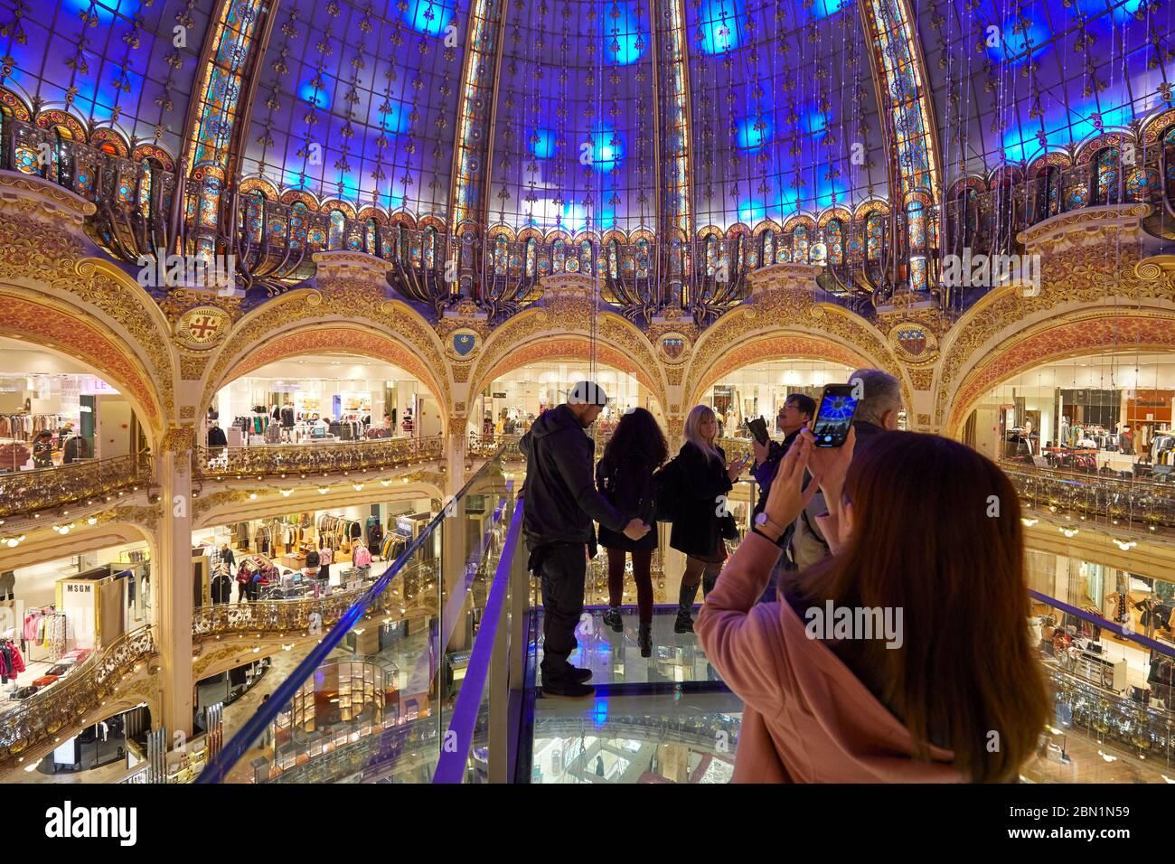 PARIS - 6 NOVEMBRE 2019 : intérieur des Galeries Lafayette avec installation de Glasswalk avec personnes et touristes à Paris Banque D'Images