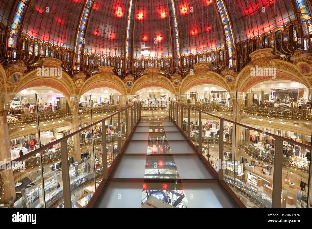 PARIS - 6 NOVEMBRE 2019: Galeries Lafayette intérieur avec installation Glasswalk à Paris, perspective Banque D'Images