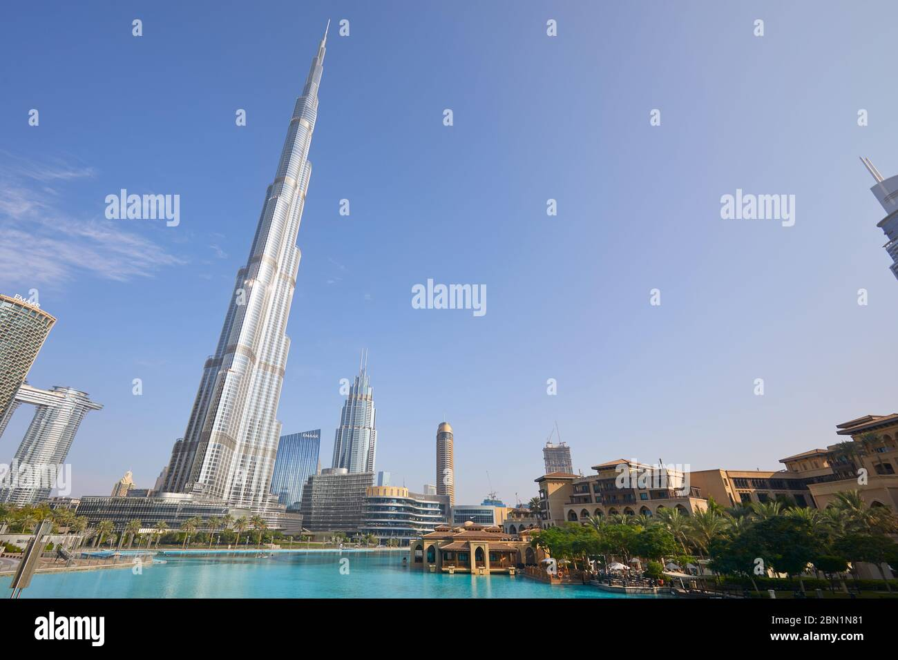 DUBAÏ, ÉMIRATS ARABES UNIS - 19 NOVEMBRE 2019 : gratte-ciel Burj Khalifa, souk al Bahar et lac artificiel dans une journée ensoleillée, vue à angle bas Banque D'Images