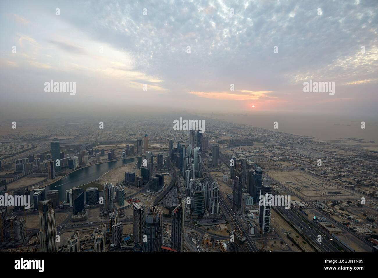 Dubaï, Émirats arabes unis - le 19 novembre 2019: la ville de Dubaï en high angle view avec des gratte-ciel au coucher du soleil vu de Burj Khalifa Banque D'Images