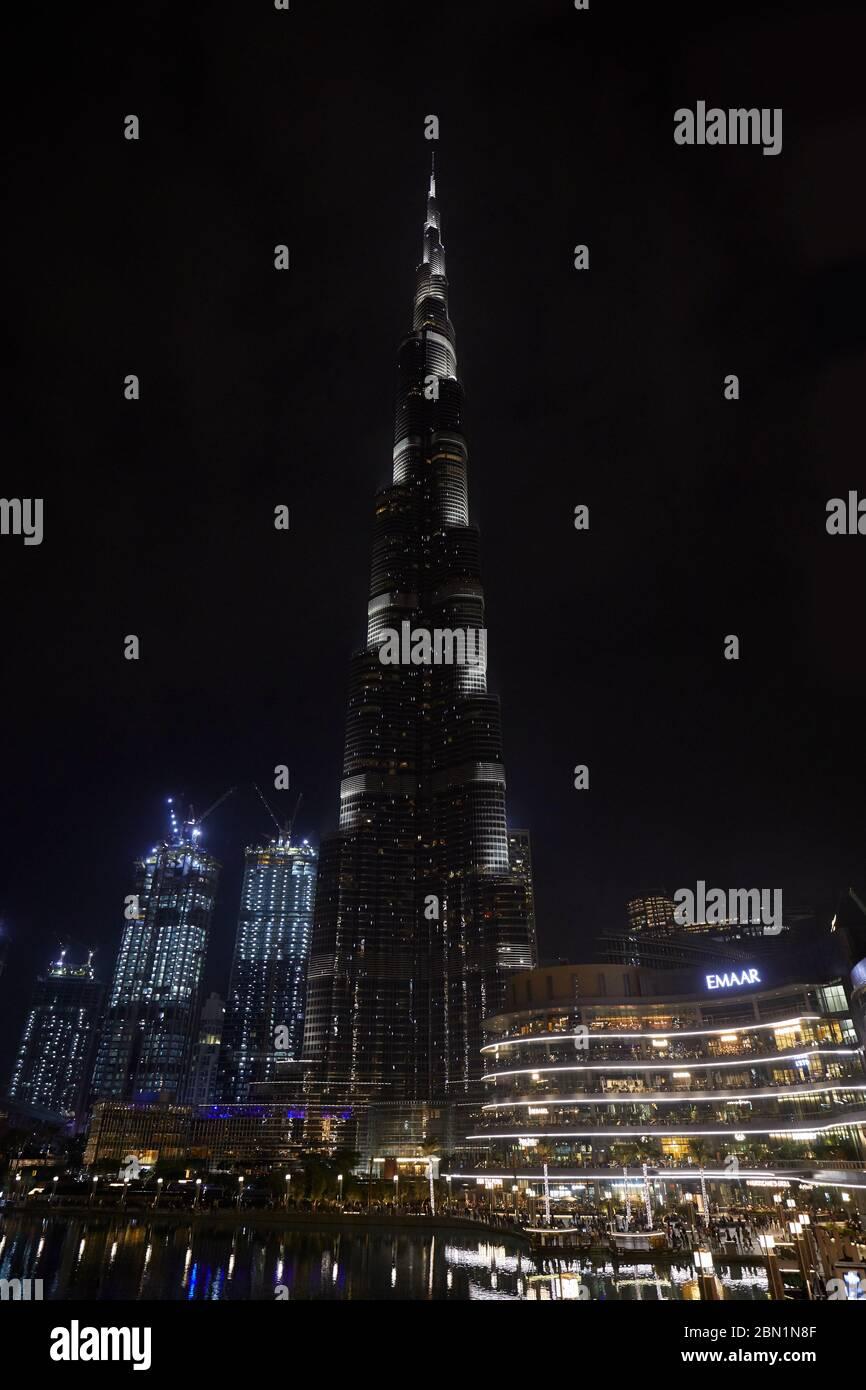 DUBAÏ, ÉMIRATS ARABES UNIS - 19 NOVEMBRE 2019 : le gratte-ciel Burj Khalifa et le centre commercial de Dubaï illuminés la nuit Banque D'Images