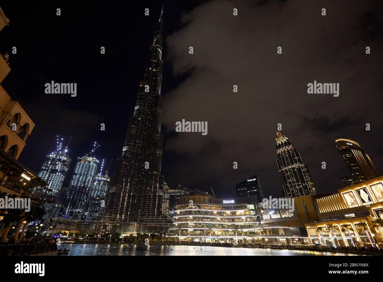 DUBAÏ, ÉMIRATS ARABES UNIS - 21 NOVEMBRE 2019 : gratte-ciel Burj Khalifa et centre commercial de Dubaï avec des personnes illuminées la nuit Banque D'Images