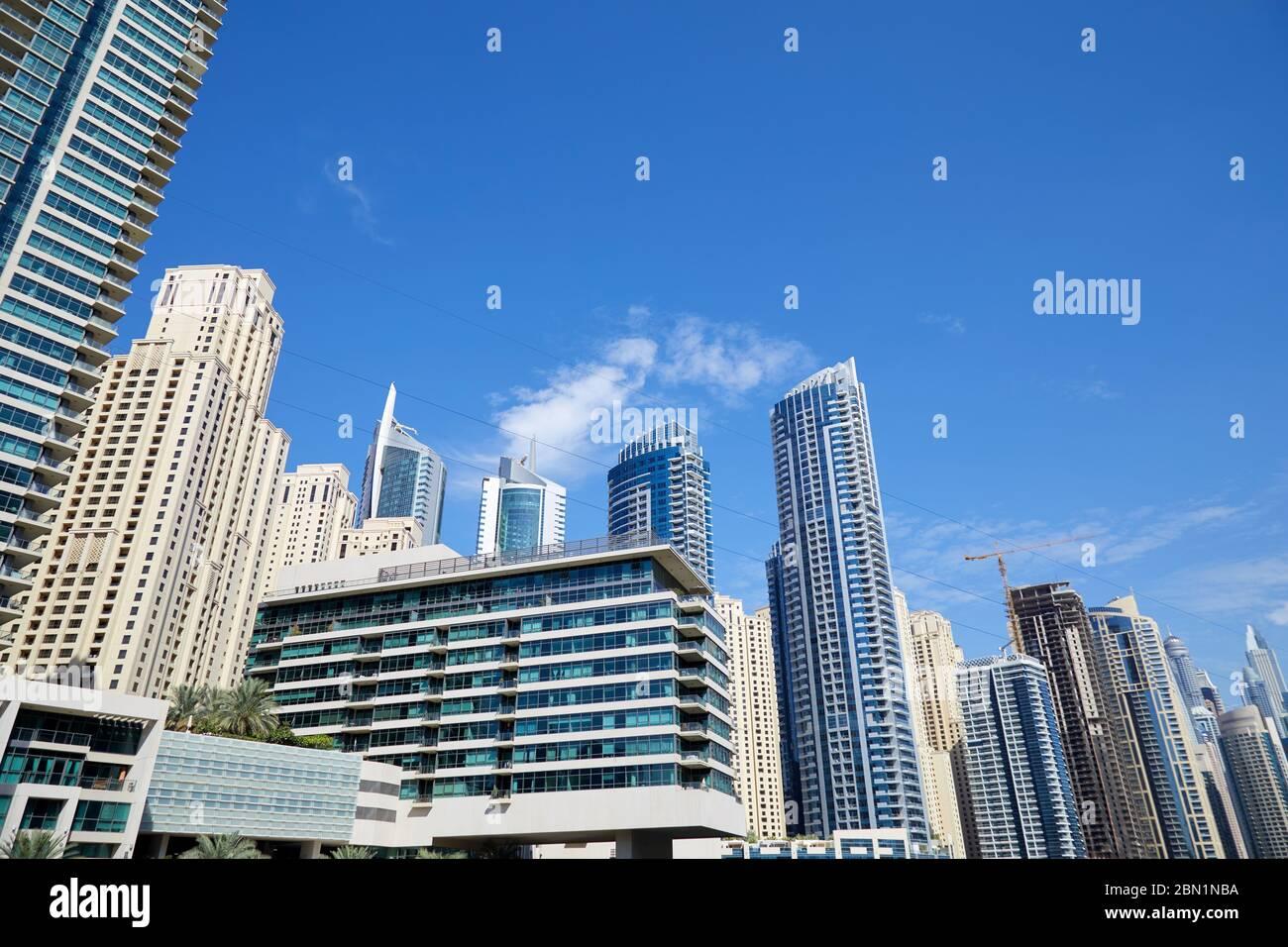 La marina de Dubaï offre une vue à angle bas par temps ensoleillé, ciel bleu clair à Dubaï Banque D'Images