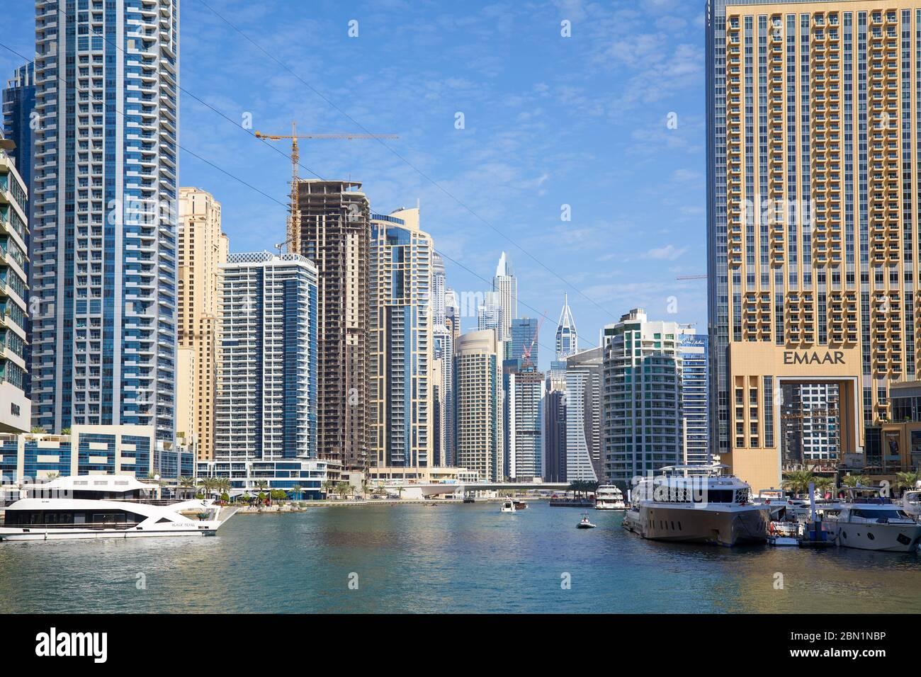 DUBAÏ, ÉMIRATS ARABES UNIS - 23 NOVEMBRE 2019 : les gratte-ciels et le canal de la marina de Dubaï avec des bateaux et des yachts dans un ciel bleu clair et ensoleillé à Dubaï Banque D'Images