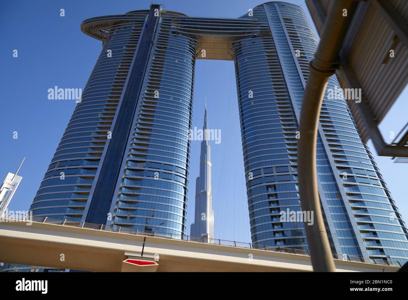 Dubaï, Émirats arabes unis - le 23 novembre 2019: gratte-ciel Burj Khalifa et l'adresse de vue du ciel des tours dans une journée ensoleillée, low angle angle view Banque D'Images