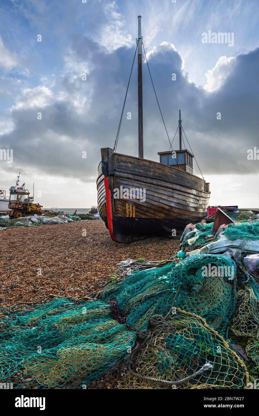 Vieux bateau de pêche en bois et filets sur la plage de galets de Stade, Hastings, East Sussex, Angleterre, Royaume-Uni, Europe Banque D'Images