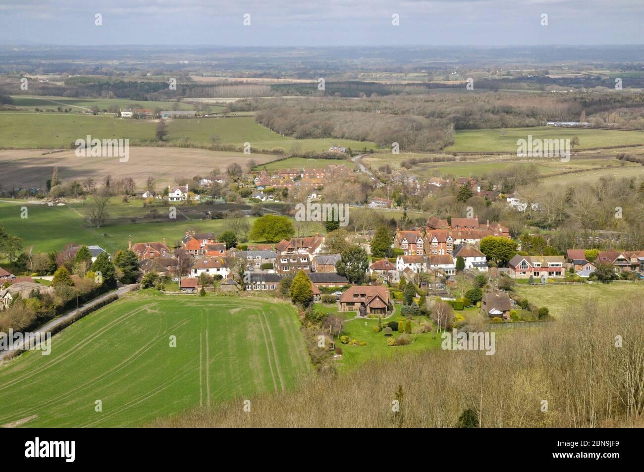 Village paysagé et Poyings au début du printemps, depuis un sentier haut sur les South Downs près de Devil's Dyke, West Sussex, Angleterre. Banque D'Images