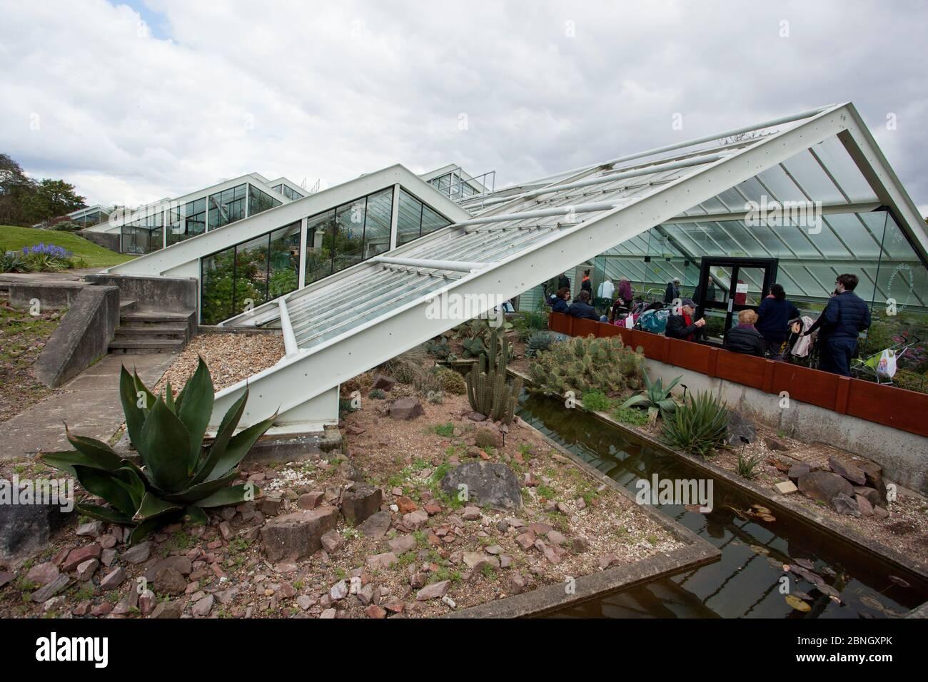 Visiteurs à l'entrée du Princess of Wales Conservatory, Kew Gardens, Londres, Royaume-Uni. 23 avril 2016 Banque D'Images