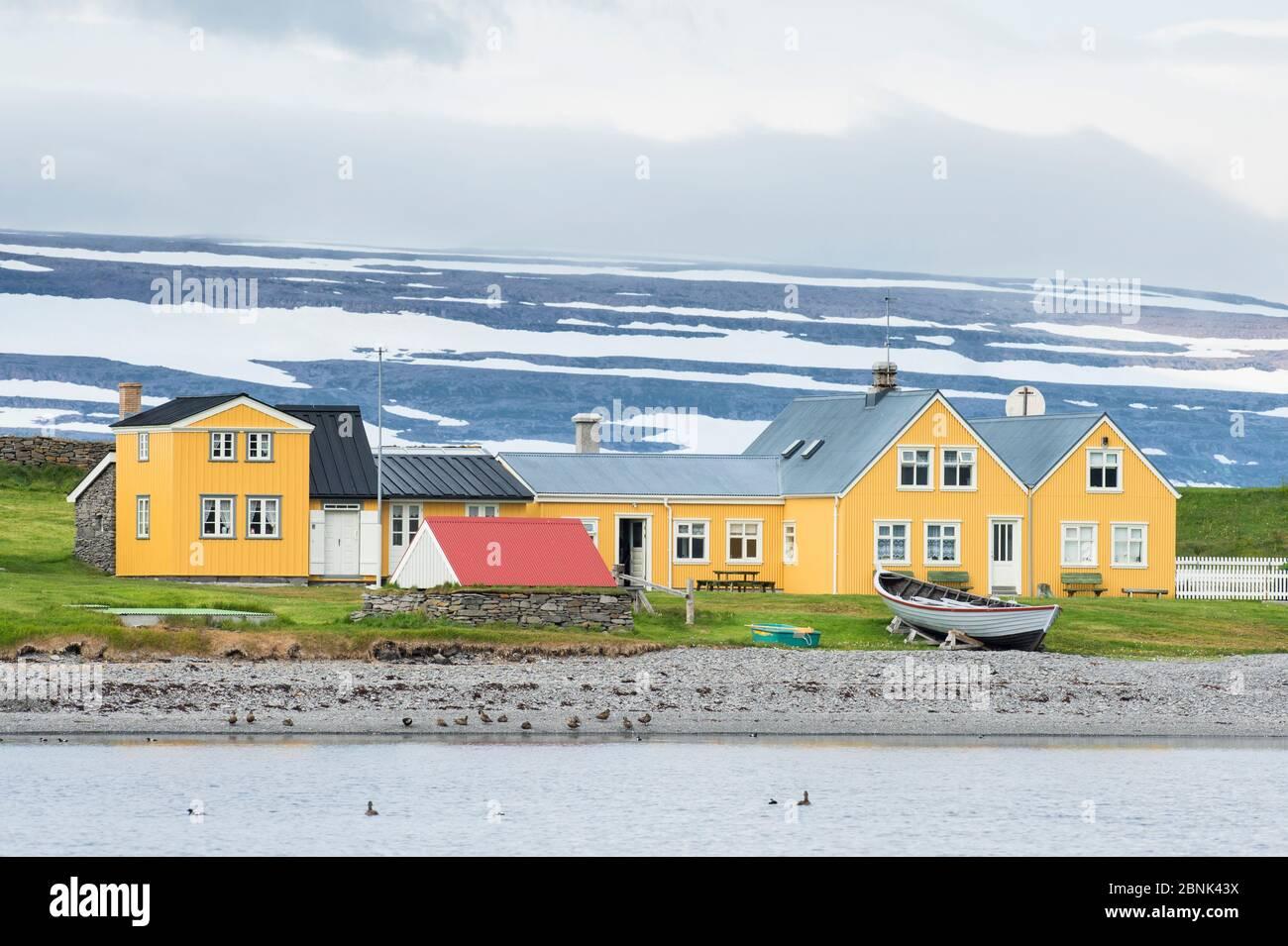 Vue de bâtiments le long des côtes, l'île de Vigur Westfjords, Islande. En juillet 2015. Banque D'Images
