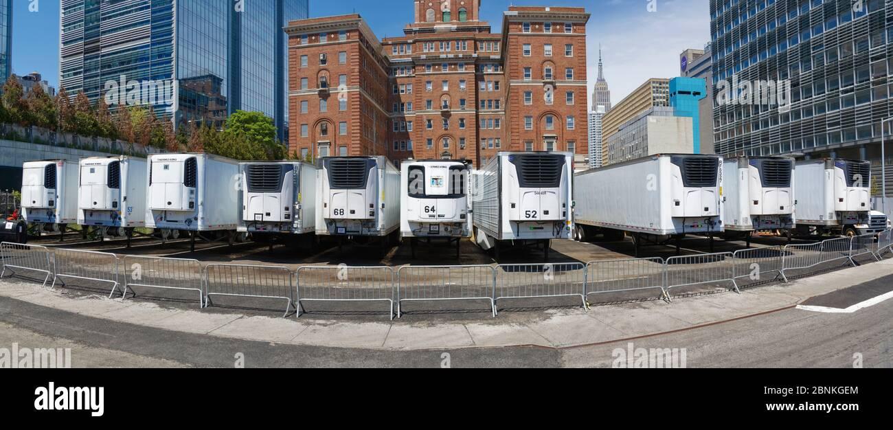 Les camions réfrigérés garés au bureau des médecins légistes de New York derrière l'hôpital Bellevue pour le nombre impressionnant de décès Banque D'Images