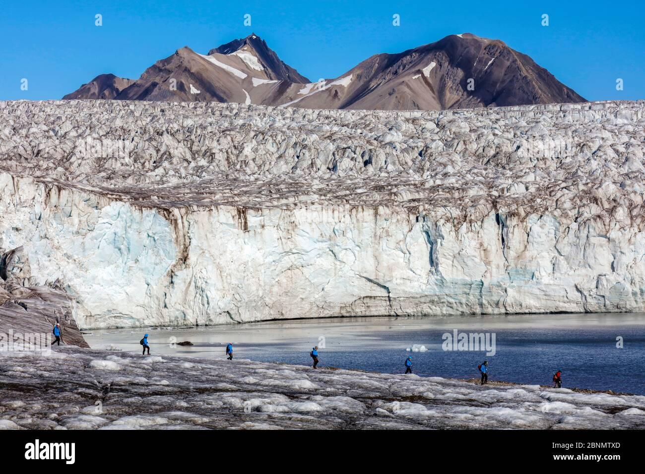 Les gens de la randonnée sur glacier, Esmarkbreen glacier, Isfjorden, Svalbard, Norvège, juillet 2016. Banque D'Images
