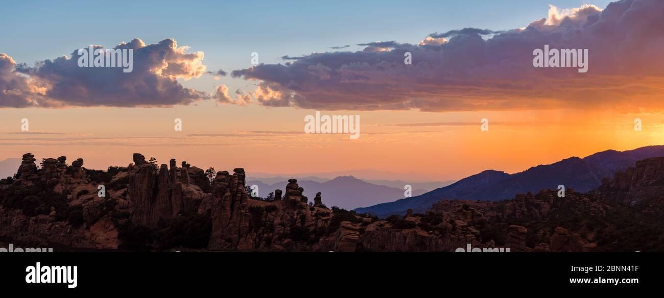 Montagnes de Santa Catalina, forêt nationale de Coronado près de Geology Vista, avec des flèches de granit forment un bord dentelé aux crêtes de sommet de montagne. Arizona. Banque D'Images