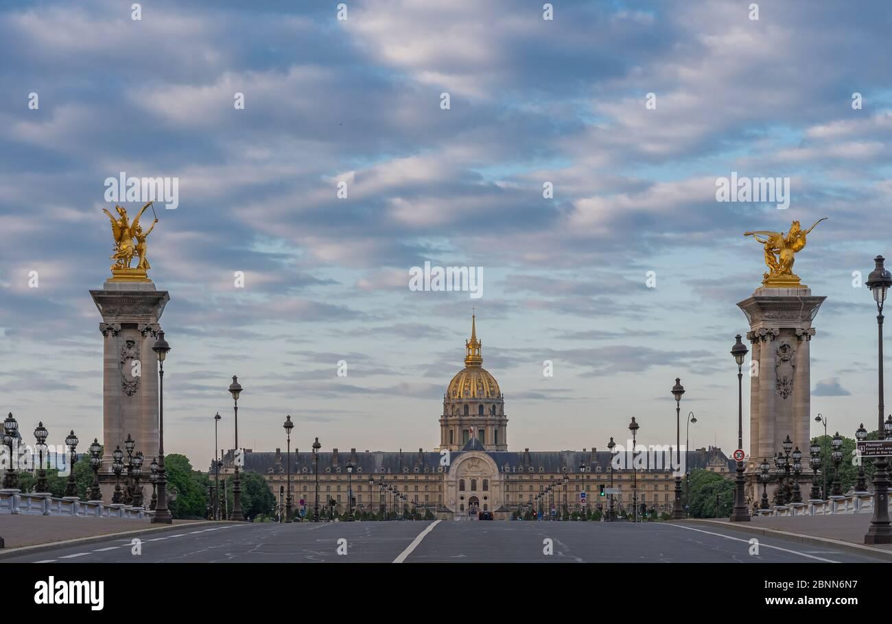 Paris, France - 05 06 2020 : quais de Seine. Vue de l'hôtel invalide depuis le pont Alexander III pendant le confinement contre le coronavirus Banque D'Images