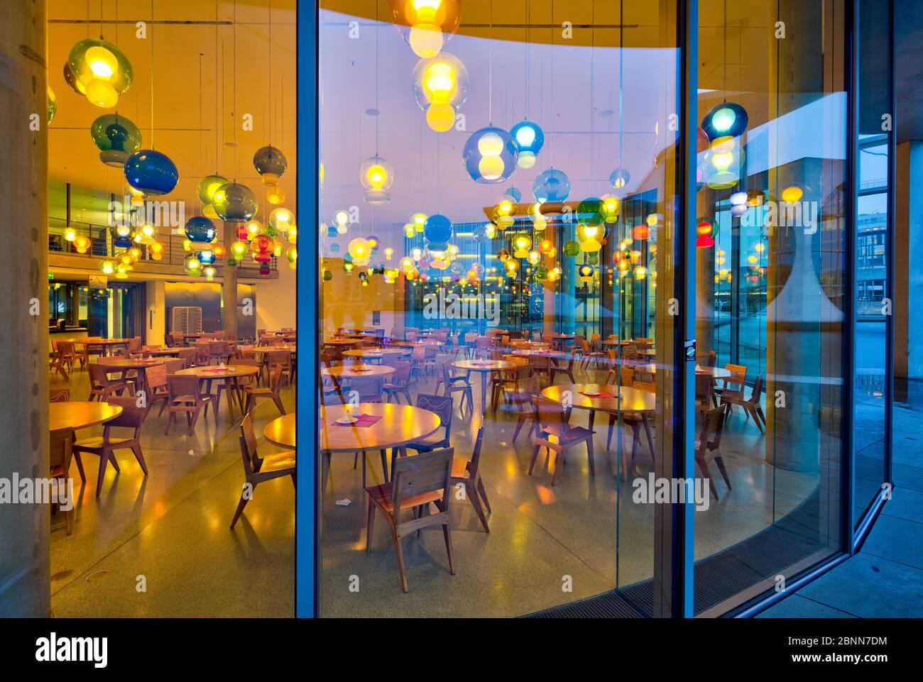 Paul Löbe Maison, pluie, réflexion, heure bleue, crépuscule, soirée, Bundestag, quartier du gouvernement, Berlin, Allemagne Banque D'Images