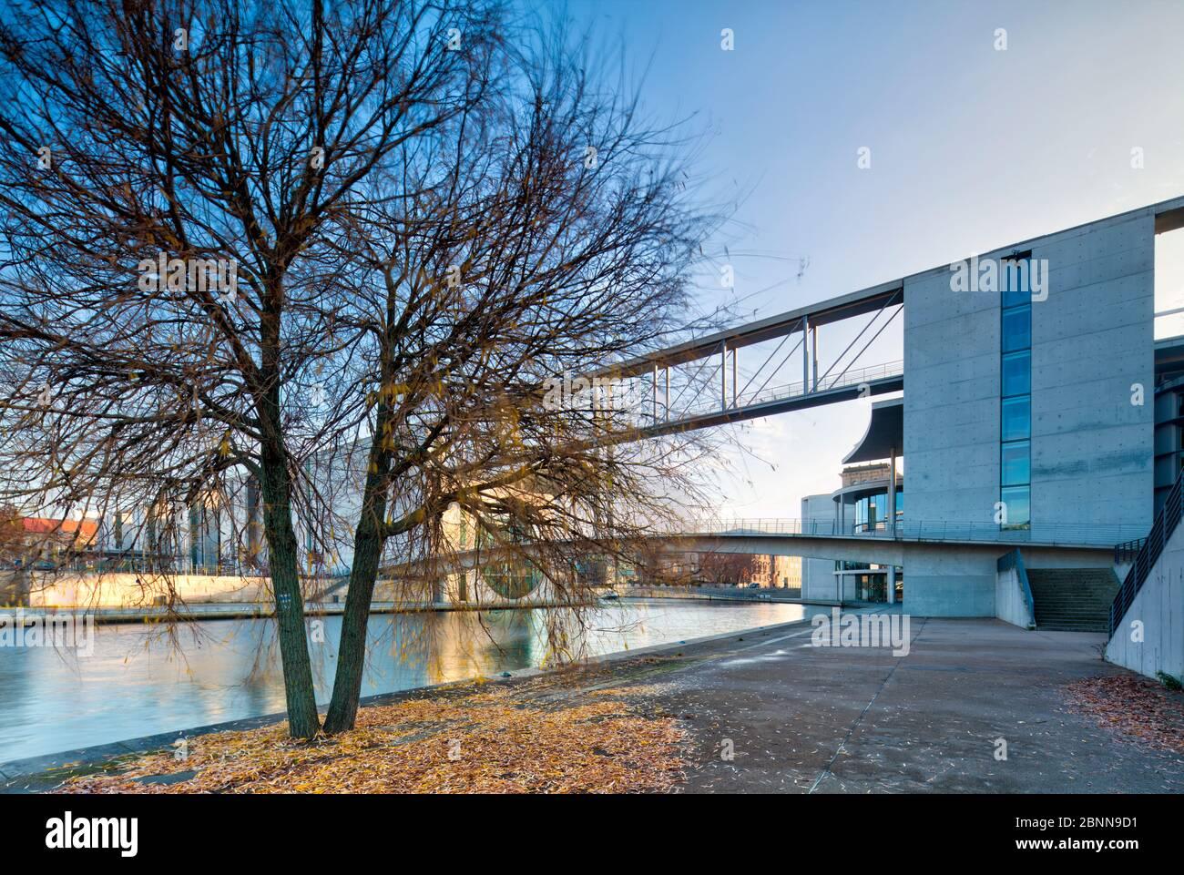 Vue sur la Spree, Marie-Elisabeth-Lüders-Haus, Paul-Löbe-Haus, Bundestag, quartier du gouvernement, Berlin, Allemagne Banque D'Images