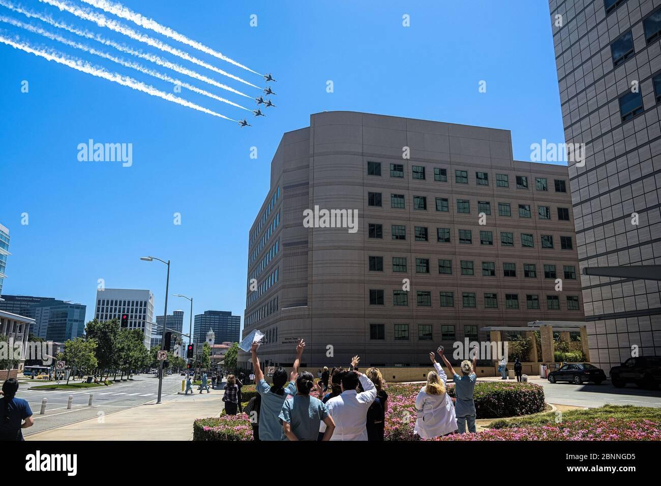Les Thunderbirds de l'US Air Force s'ébayent au-dessus de Westwood pour saluer les travailleurs de la santé, les premiers intervenants et les autres travailleurs essentiels en première ligne pendant la pandémie du coronavirus. Six Faucon F16/D combattant les faucons ont volé en formation de précision devant les hôpitaux et les centres médicaux des comtés de L.A., d'Orange, de Riverside et de San Diego tout au long de l'après-midi. Banque D'Images