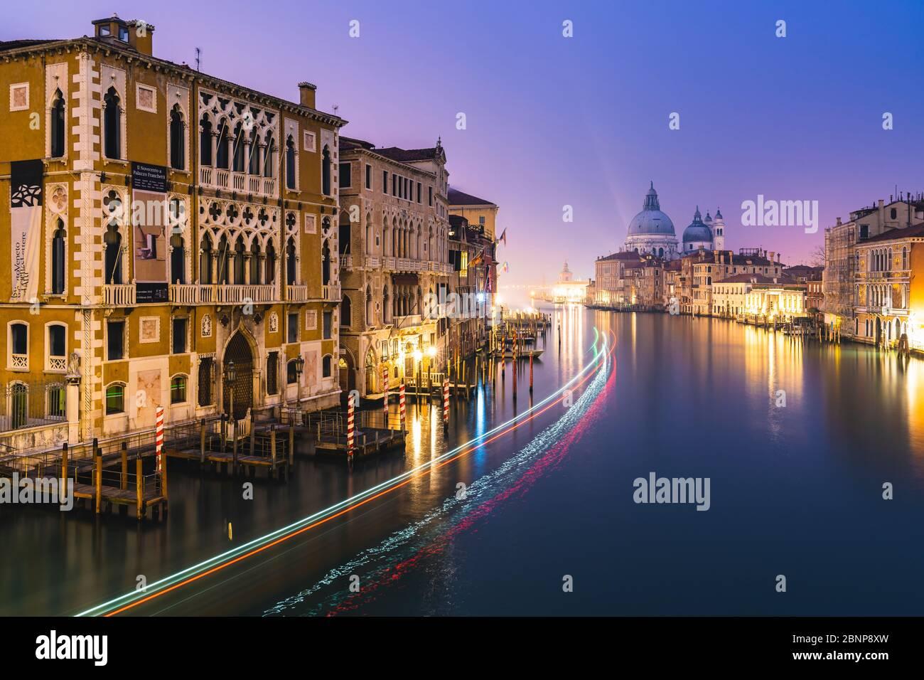 Grand Canal de nuit, Palazzo Cavalli-Franchetti, Santa Maria della Salute, Venise, centre historique, Vénétie, Italie, Nord de l'Italie, Rialto, Europe Banque D'Images