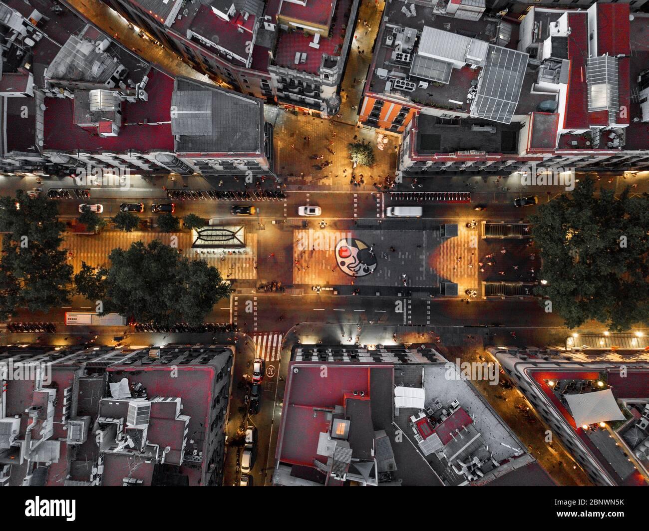 Les Ramblas et la mosaïque miro vue aérienne Barcelone Catalogne Espagne. La Rambla est une rue dans le centre de Barcelone. Une rue piétonne bordée d'arbres, il str Banque D'Images