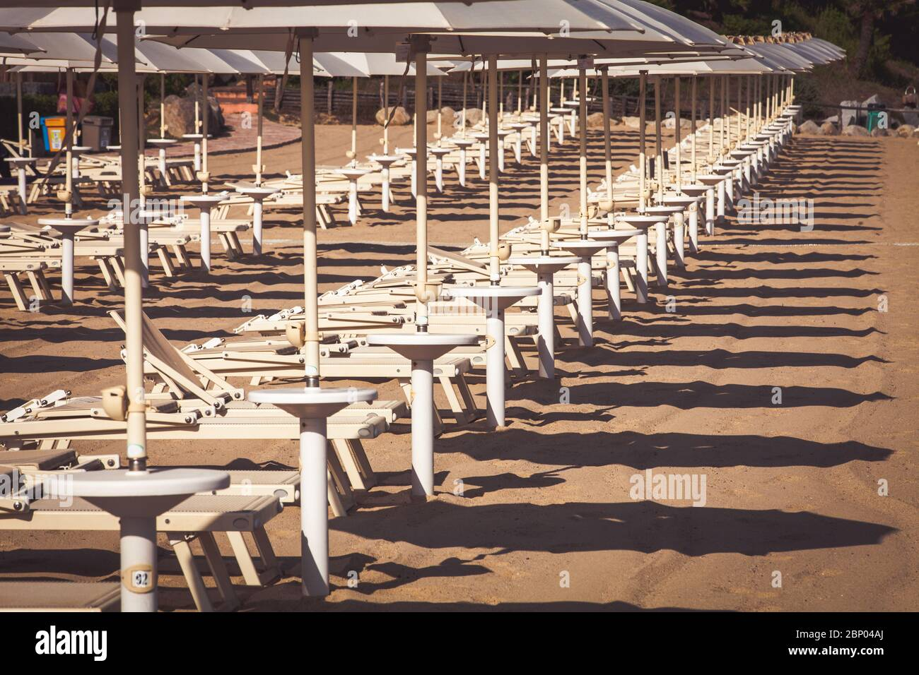 Transats et parasols à la plage. Côte italienne avec une multitude de parasols sans marins, transats pour les vacanciers. Personne dans le p Banque D'Images