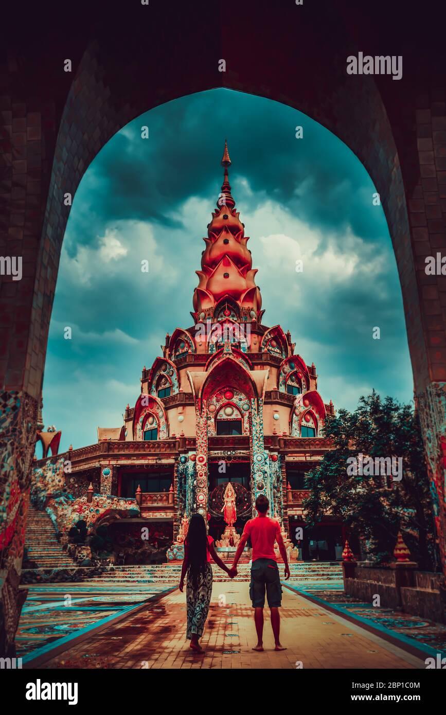 Un couple de voyageurs heureux explore le paysage de l'architecture thaïlandaise dans le style Lanna dans le temple bouddhiste de Thaïlande. Culture et religion asiatiques Banque D'Images
