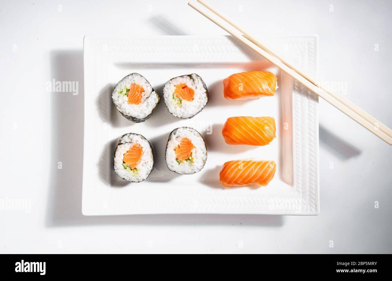 assiette de sushis au saumon avec baguettes Banque D'Images