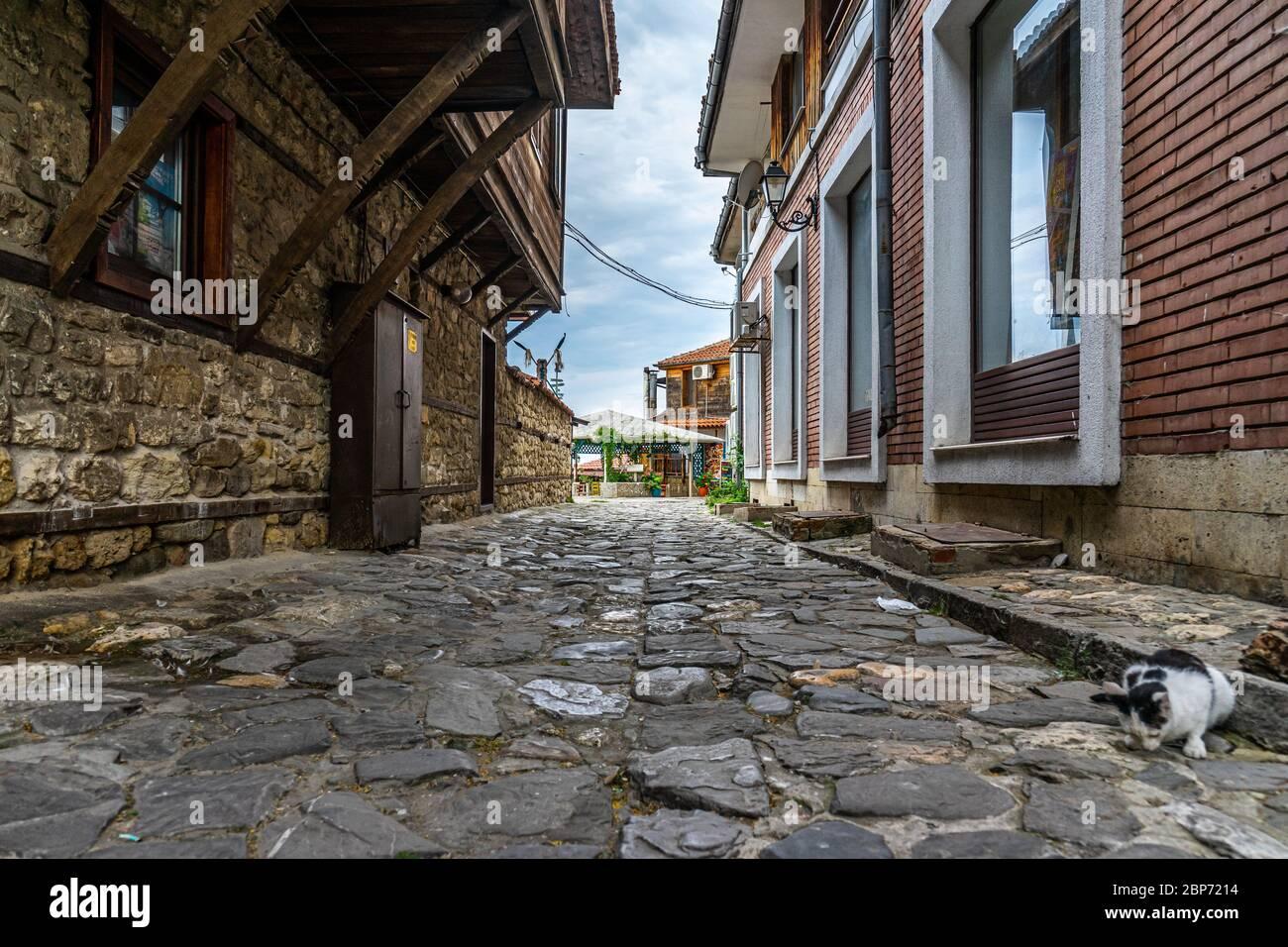 NESSEBAR, Bulgarie - 22 juin 2019: Belle et ruelle de l'ancienne ville de bord de mer. Rues désertes en début de matinée. Banque D'Images